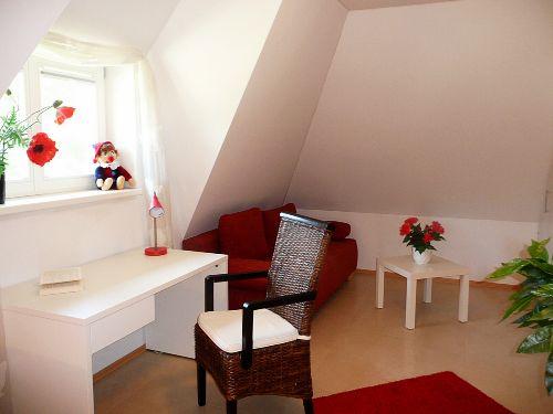 Doppelbettsofa und Schreibtisch