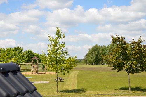 Große Wiese mit Spielplatz
