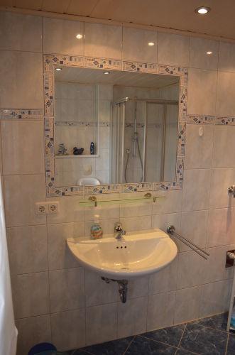 Waschbecken und integrierter Spiegel