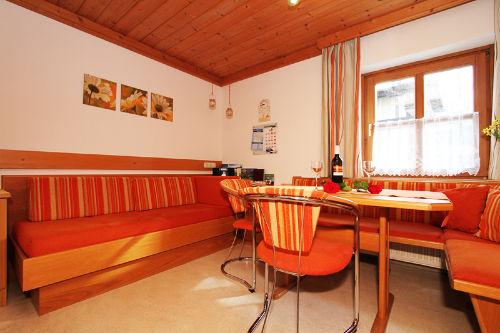 Essecke und Sofa in Leogang
