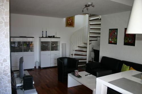 Wohnzimmer mit Treppe zum Schlafzimmer
