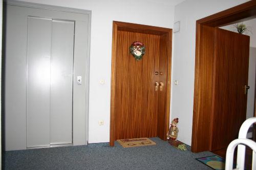 Lift und Eingangstüre rechts