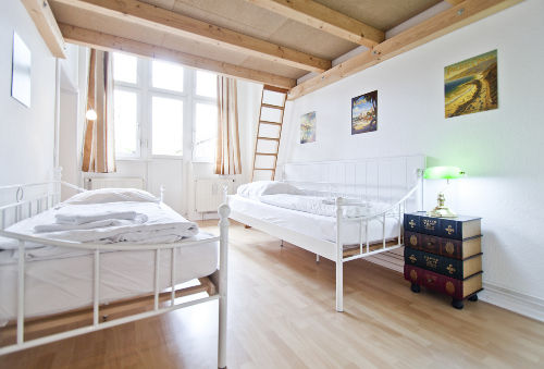 Schlafzimmer mit Hochbett und Loggia