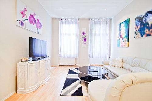 Wohnzimmer mit Kabel-TV, DVD-Player, DVDs