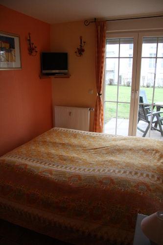 Schlafzimer mit Zweit-TV und Doppelbett