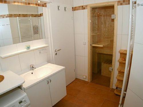 Bad mit Wellnessdusche und Sauna