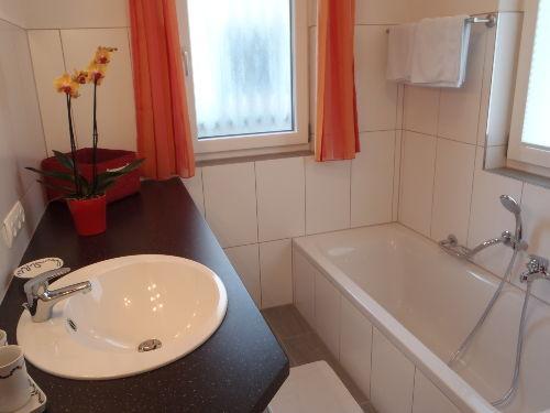 Baderaum mit Dusche und Waschmaschine