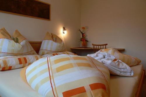 Schlafzimmer mit Naturholzmöbel