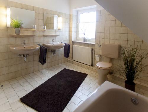 großes Badezimmer mit Wanne