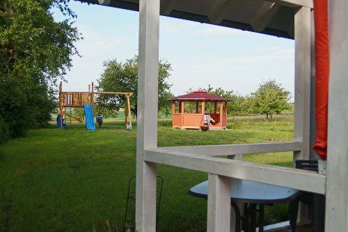 Blick v.Haus 1 auf die Spielwiese