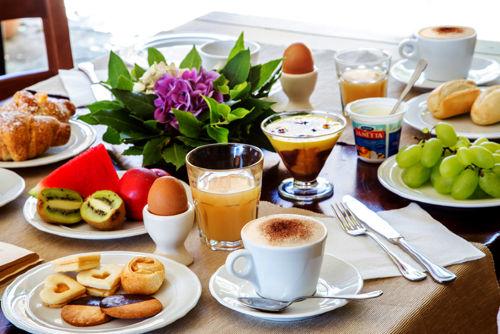 Frühstücksbüffet im Innenhof der Abbadia