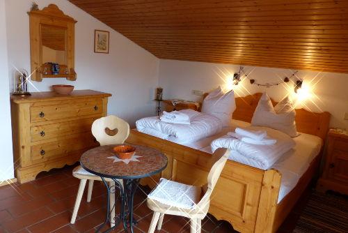Schlafzimmer, Doppelbett mit Leselampen