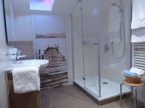 Bad mit ger�umiger Dusche
