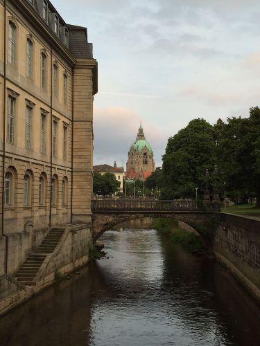 Blick aus der Altstadt auf das Rathaus