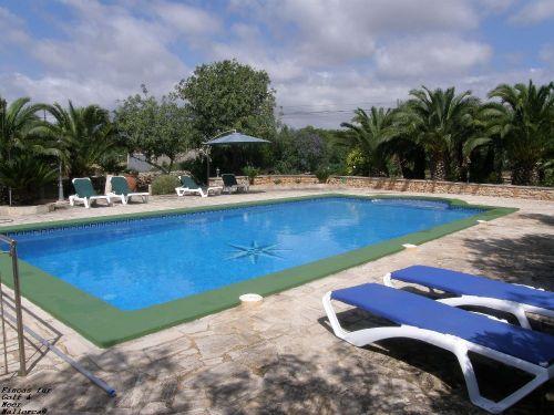 Pool mit Liegen und Sonnenschirmen