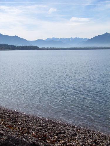 Blick vom Strand zu den Bergen