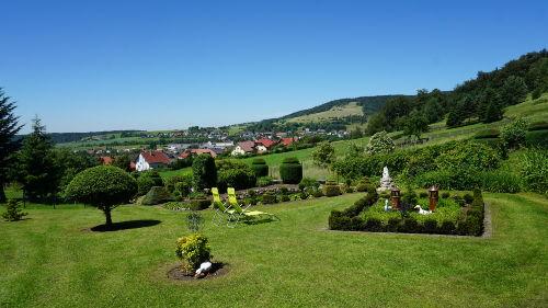 Garten mit Liegewiese und Sonnenliegen