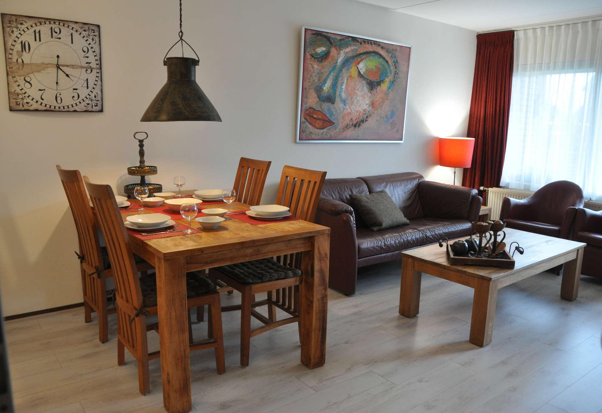 Esstisch mit neuer Küche im Hintergrund
