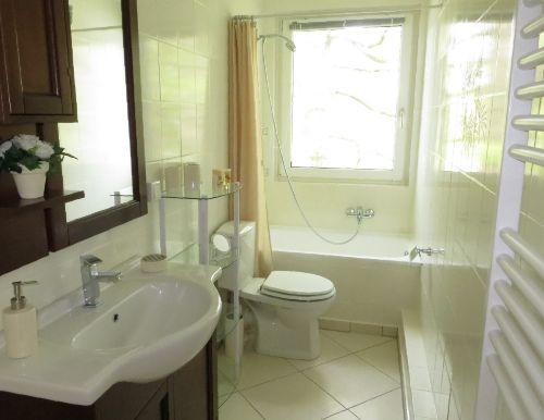 Badezimmer mit seitl. Teilblick zum Meer