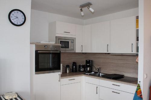 Moderne Küche mit Herd und Geschirrspüler