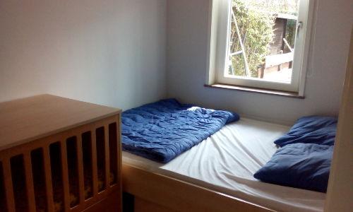 Schlaffzimmer Doppelbett (+Kinderbett)