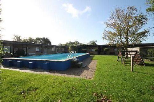 Swimmingpool mit kleine Spielgarten