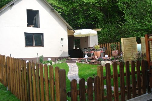 Garten neben Garage