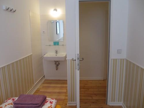 Schlafzimmer, rechts mit Waschbecken