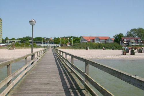 Seebrücke mit Blick in den Ort