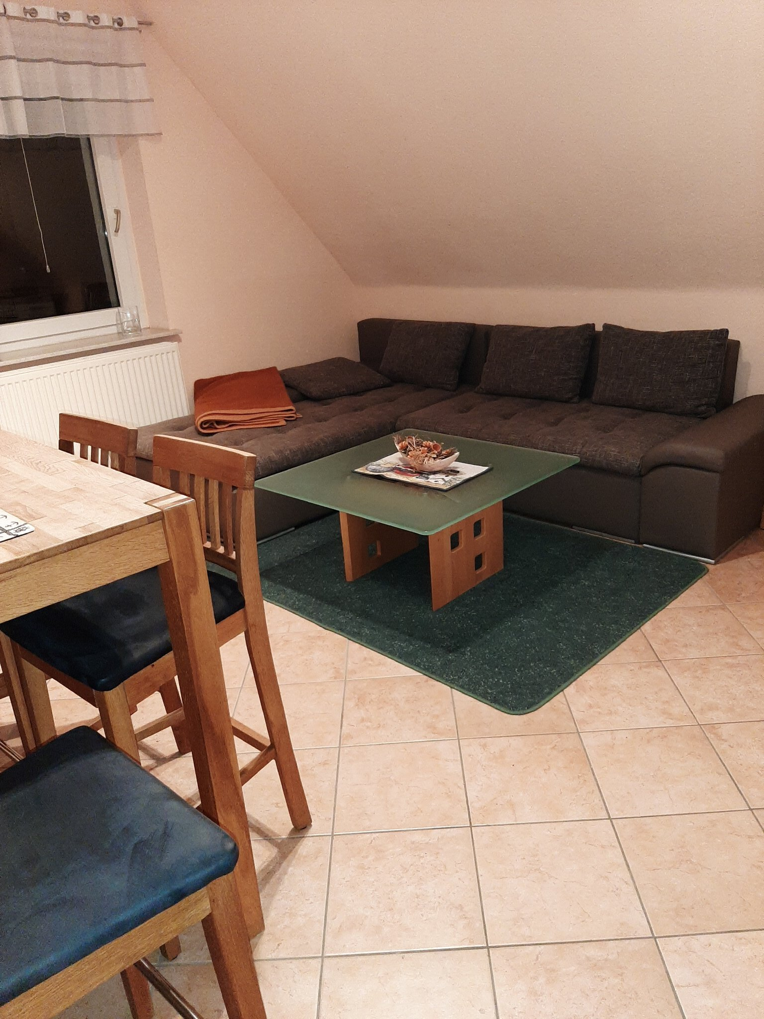 Wohnzimmer der großen Wohnung mit Kamin