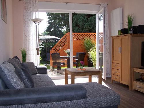 Das Wohnzimmer mit Blick in den Garten