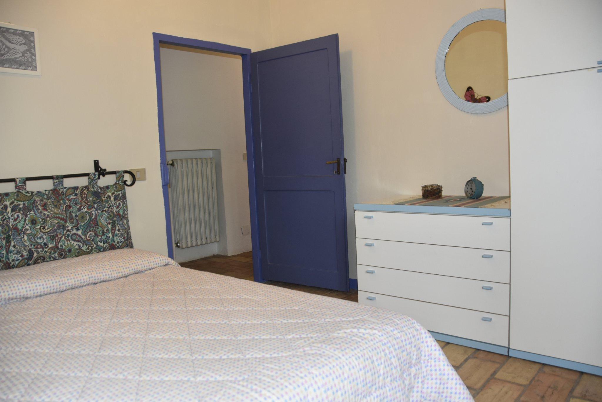 Schlafzimmer mit einem großen Bett