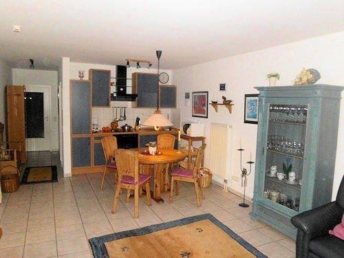 Esstisch mit Küche und Flur