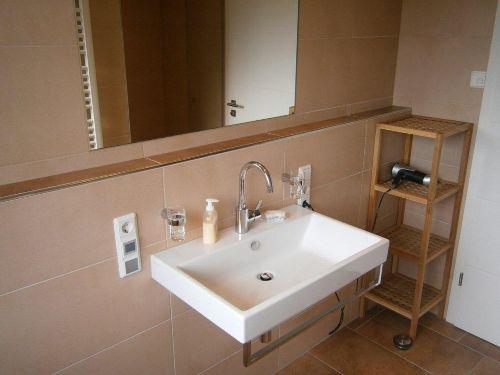 Badezimmer mit ebenerdiger Dusche unten