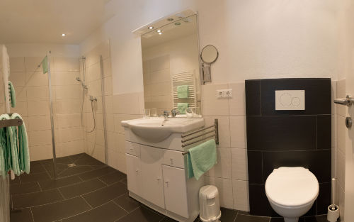 Badezimmer mit barrierefreier Dusche