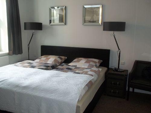Schlafzimmer mit grossen Doppelbett.