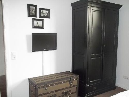 Schlafzimmer mit Schrank und zusätzl. TV