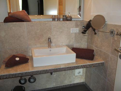 Das geräumige Badezimmer.