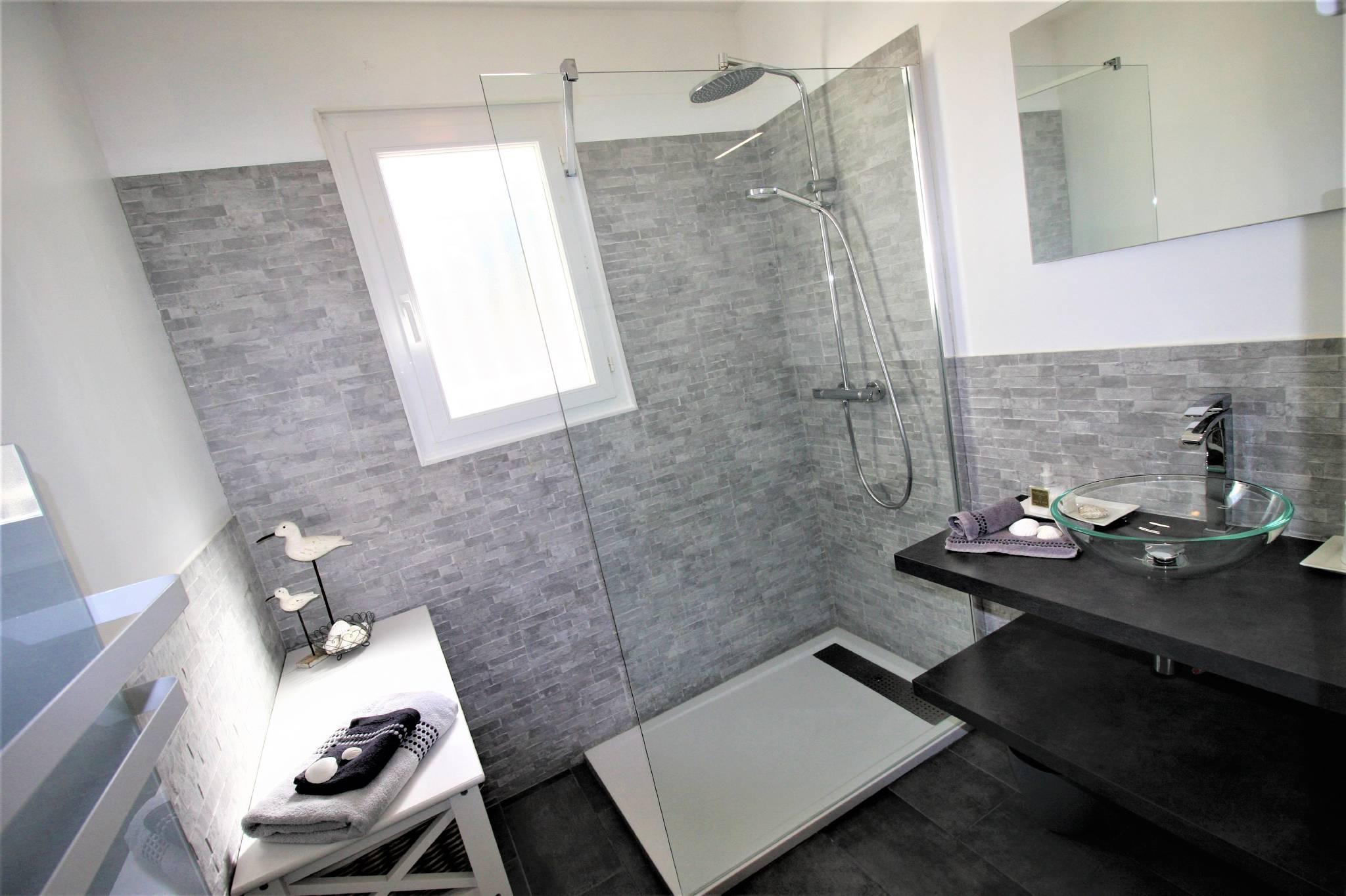 Badezimmer mit Fön und Duschhandtücher