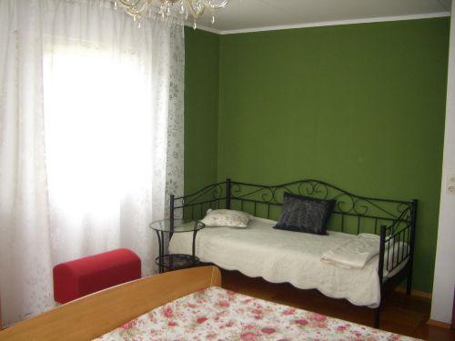 Zusatzbett im Schlafzimmer mit Doppelbett