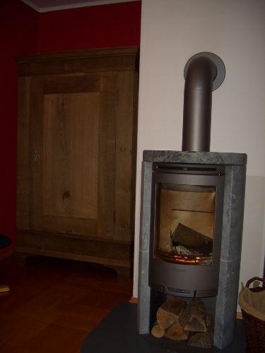 Holzofen im Wohn-Esszimmer