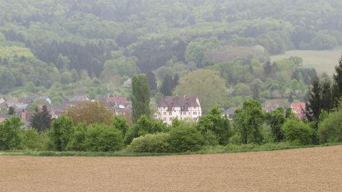 Blick auf das Dorf mit Schloss