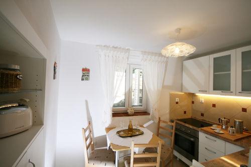 Küche mit Fenster zum Garten
