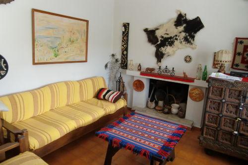 Das Wohnzimmer: Sofa, 2 Sessel, Kamin