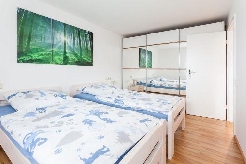 Schlafzimmer mit ger�umigem Schrank