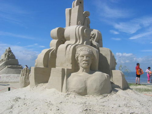 Sandfiguren am Strand von Tossens