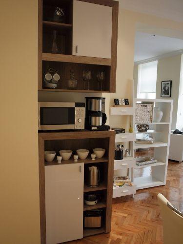 Küchenbereich mit Mikrowelle ..