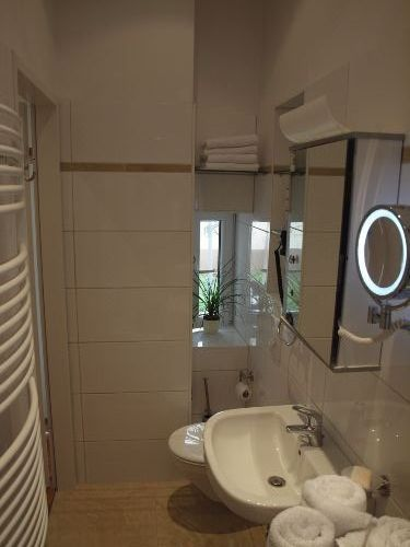 Duschbad, WC, Föhn, Kosmetikspiegel