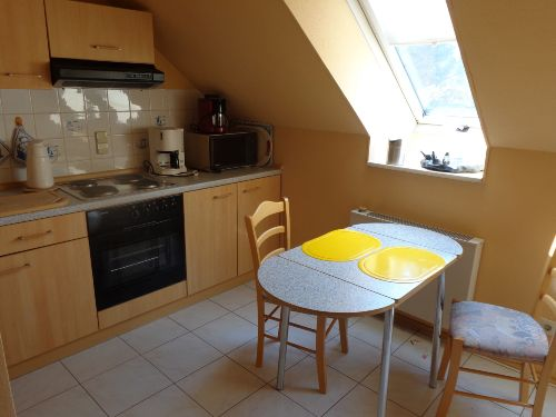 Küche mit einem kleinen Esstisch