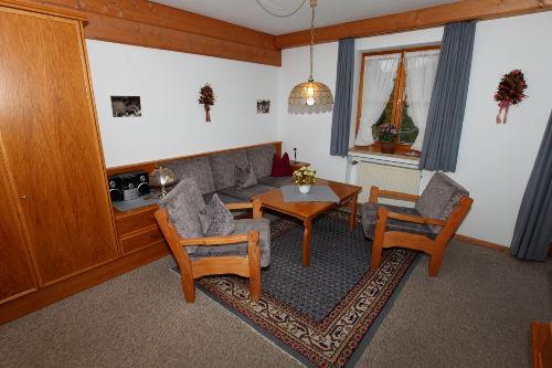 Wohnzimmer mit gemütlicher Sitzgruppe